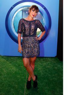 Daniele Suzuki apostou em um vestido azul todo renda e com aplicações de brilho