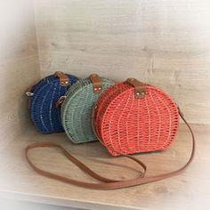 Egal ob zum luftigen Sommer-Outfit oder zum Dirndl - diese kleinen Korbtaschen sind der ideale Begleiter.  #korbtasche #korbtaschen #blau #grün #rot #sommer #sommerlook #sommer2020 #summer #fashion #musthave #sonne Picnic, Basket, Outfit, Summer, Blue Green, Red, Light Scarves, Small Bags, Don't Care
