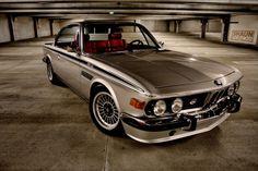 Une superbe restauration d'un magnifique coupé BMW E9 CSi de 1973 assorti d'un petit swap car on se trouve ici en présence d'une auto motorisée par le L6 3.5 L M30B35 des BMW E24 …