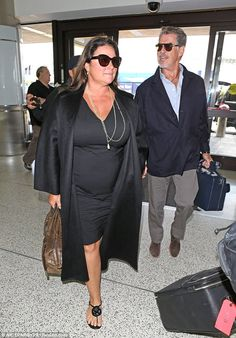 Pierce Brosnan and wife Keely Shaye Smith jet out of LAX 50 Fashion, Curvy Fashion, Plus Size Fashion, Beautiful Wife, Beautiful People, Pierce Brosnan Wife, Apple Body Shapes, Sexy Wife, Losing Weight