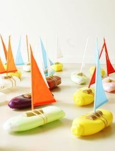 Cute toy boats by Florish Hovers for the lake or bathtime made out of recycled shampoo bottles.Such a clever idea. Bottleboat from buisjesenbeugels.We could make this -- an empty shampoo bottle, plus a cork and a sail: Kids Crafts, Summer Crafts, Projects For Kids, Diy For Kids, Kids Fun, Recycled Toys, Recycled Crafts, Recycled Bottles, Shampoo Bottles