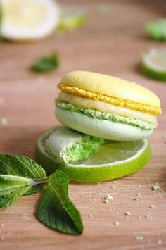Macarons mojito bicolores avec une double garniture menthe, rhum et citron vert