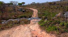 Estrada para Bimbe, Angola. Author Nite_Owl. Licensed under the Creative Commons Attribution