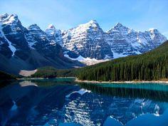 Reflejo de las espectaculares Montañas Rocosas en el Lago Moraine en el Parque Nacional Banff, Canadá.