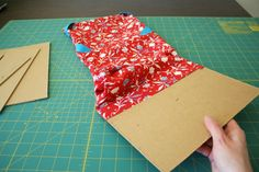 Make a custom iPad cover that protects your device and serves as a stand for easy viewing. Bag Patterns To Sew, Sewing Patterns Free, Sewing Projects For Beginners, Sewing Tutorials, Capas Kindle, Ipad Holder, Kindle Case, Tablet Cover, Diy Arts And Crafts