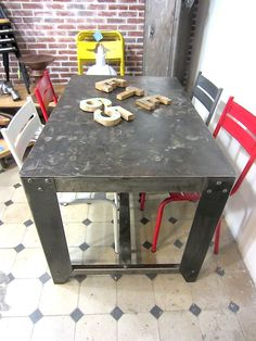 TABLE INDUSTRIELLE VINTAGE EN METAL