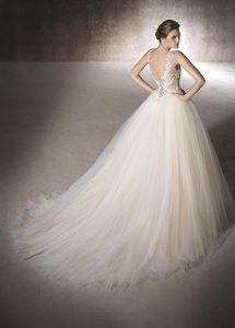 MAGA is a magical wedding dress with its V-neckline bodice in Chantilly, guipure, thread embroidery and gemstones and a princess skirt in tulle San Patrick, Princess Wedding Dresses, Wedding Gowns, Scarlett, Perfect Bride, Magical Wedding, Marie, One Shoulder Wedding Dress, Ball Gowns