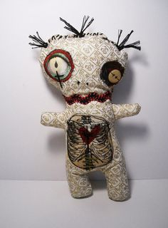 Handmade voodoo Doll Voodoo Serpentine by JunkerJane Check out more horror dolls… Zombie Dolls, Scary Dolls, Ugly Dolls, Voodoo Dolls, Dolls Dolls, Rag Dolls, Halloween Doll, Halloween Ornaments, Halloween Crafts