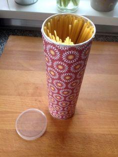 Aus einer leeren Chipsdose wir eine hübsche Aufbewahrung für Spaghettis.