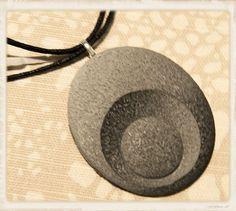 Riipus, musta ovali  - Polymerclay by KVJ