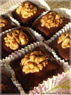 Voici des douceurs bien savoureuses, simple a réaliser, sans cuisson et présentables, qui ont un succès fou chez moi en période de fêtes, je vous les conseille vivement. Ingrédients: (1 verre = 200 ml) - 250 g de beurre. - 250 gr de Halwa turque (Halva... Christmas Candy Crafts, Eid Cake, Rodjendanske Torte, Cake & Co, No Sugar Foods, Oreo Cheesecake, Arabic Food, Eat Dessert First, Mini Cakes