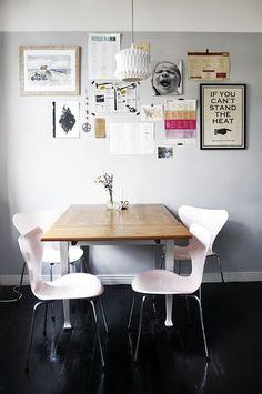 decoração de sala de jantar com posters, poster aif you can't stand the heat (leave), cadeiras cor de rosa