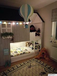 Barnrum med tema hus, apor och Mini Cooper. .