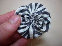 Embroidery with an Edge: Tutorial: How to make suffolk puffs/ Yo Yos