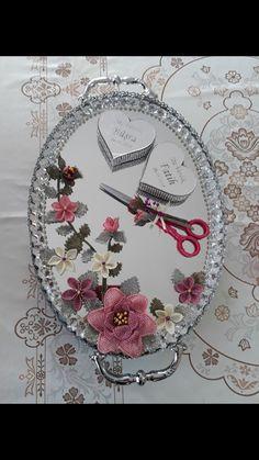 Nişan tebsisi Diy Wedding Favors, Needle Lace, Diy Flowers, Gifts, Accessories, Decor, Diy, Wedding Glasses, Hand Print Ornament