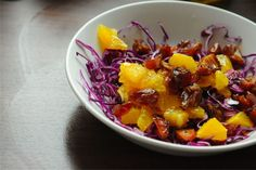Forrás: Táfelspicc;  Narancsos-datolyás vöröskáposzta-saláta