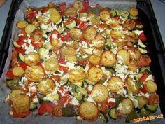 GRILOVANÁ ZELENINKA S POKRÝVKOU Z BALKÁNSKÉHO SÝRA úžasné jednoduché a zdravé jídlo Zelenina, kterou máte rádi jako grilovanou - zde použity 3 menší cukety, 2 papriky, 3 rajčata, asi 6 brambor, pár kapek olivového oleje, česnek, koření - podle chuti - já používám vždy oregáno, bazalku a dále např. koření grilovací, na americké brambory, na grilovanou zeleninu apod., dále balkánský sýr - zde použito cca 100g.