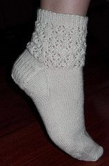 Avec tuto Ravelry: Snow Crystals Socks pattern by Melissa Jenkins-Cox Lace Socks, Knitted Slippers, My Socks, Crochet Slippers, Knit Or Crochet, Ankle Socks, Crochet Granny, Baby Booties Knitting Pattern, Knitting Socks