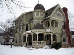 One of Many Beautiful Houses, Iowa City  오랜 역사 덕분에 아이오와 시티에는 멋진 옛 건물이 많다.