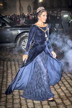 Crown Princess Mary's party dresses. Dress designed by Jesper Høvring Mary Of Denmark, Denmark Royal Family, Danish Royal Family, Princesa Mary, Princesa Real, Crown Princess Mary, Prince And Princess, Royal Dresses, Blue Dresses