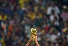 Da ist das Ding: Der WM-Pokal in den Händen von Bastian Schweinsteiger.