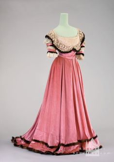 Evening dress worn by Countess Courten, ca. 1901. Silk velvet.