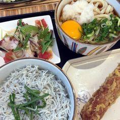 あわ家にて。玉子のせぶっかけ(小・冷)/釜揚げしらす丼/淡路産生たこのカルパッチョ/ちくわの天ぷら 880円
