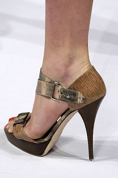 Oscar de la Renta spring 2010 shoes with snake skin print leather detail. Luxurious and elegant sandals. Spring Shoes, Summer Shoes, Jimmy Choo, Prada, Christian Louboutin, How To Wear Leggings, Cool Girl Style, Gucci, Nude Shoes