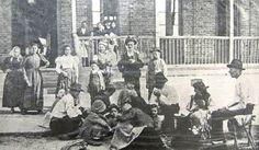 Famiglia di coloni italiani davanti ad un ingresso laterale dell'Hospedaria de Imigrantes  Brasile (San Paolo)   #TuscanyAgriturismoGiratola
