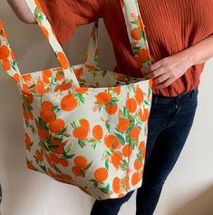 [Tuto] Coudre un grand sac cabas pour les débutants Diy Tote Bag, Couture Sewing, Vanessa Bruno, Textiles, Diy Design, Diaper Bag, Sewing Patterns, Crochet, Fabric