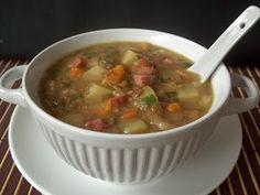 Bem quentinha para aquecer nos dias frios.        Ingredientes     1 e 1/2 xícaras de lentilha  3 batatas descascadas e cortadas em cubos  ...
