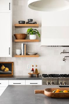 Retro Home Decor Black & White Transitional Kitchen.Retro Home Decor Black & White Transitional Kitchen Latest Kitchen Designs, Modern Kitchen Design, Modern Kitchens, Home Interior, Kitchen Interior, Interior Design, Design Tradicional, Square Kitchen, Ideas Hogar
