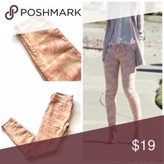 """American Eagle Ikat print skinny jeans Item: American Eagle pink Ikat print jeggings with zipper detail on ankle. So cute like new 🔸 Size: 0 🔸 Measurements: waist 14.5""""across inseam 28"""" rise 7"""" American Eagle Outfitters Jeans Skinny"""