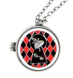 Colar polido de prata Alice no País das Maravilhas estilo medalhão, que caracteriza um buraco na fechado em esmalte.