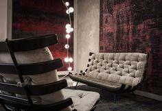 Una delle sale della Galleria allestite per la mostra Brazilian Design: poltrone Costela, 1950, Martin Eisler, sullo sfondo lampada Cherry Bomb di Lindsey Adelman, 2015