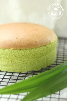 sponge cake not using water bath method, smooth top, minimal shrinkage and light, this is the recipe. I still prefer to use . Bolo Chiffon, Pandan Chiffon Cake, Pandan Cake, Cake Matcha, Baking Recipes, Dessert Recipes, Cupcake Cakes, Cupcakes, Cotton Cake