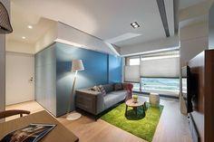 小空間開放性和彈性格局的好設計。 這是台灣懷特設計事務所的作品,20坪左右的公寓設計。位於高樓擁有良好視野,刻意選用以蜂巢簾作為大面積落地窗的遮蔽,除了採光調節同時也讓戶外河岸景緻框成不同畫作,先確保了高樓公寓的優勢所在。格局的配置包括廚房、餐廳、客廳以及主臥室外,還有一個天藍色方盒的彈性機制,根據不同組合能夠形塑出閱讀室或小孩房的空間使用型態,活潑的色系和創意,令人喜愛。 via 懷特室內設計