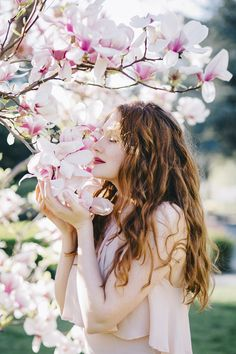 Magnolia dream - dreamy portrait photo shooting in Vienna featuring gorgeous Nejla. Tips on portrait photography. Portrait Photography Poses, Photography Poses Women, Girl Photography, Photography Ideas, Quinceanera Photography, Shotting Photo, Spring Photography, Spring Photos, Jolie Photo
