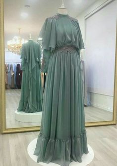 Replace top layer of shoulder back fabric overlay with lace cook güzel Hijab Gown, Hijab Dress Party, Hijab Style Dress, Party Dress Outfits, Abaya Style, Abaya Fashion, Muslim Fashion, Fashion Clothes, Fashion Dresses