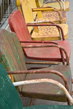 Painting Metal (and rusted!) chairs or other metal items- what you need to know!  Great tutorial...