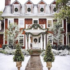 In love with this house! The perfect Christmas house! Outdoor Christmas, Christmas Home, Christmas Heaven, Christmas Greenery, Xmas, Christmas Wreaths, Merry Christmas, Exterior Design, Interior And Exterior