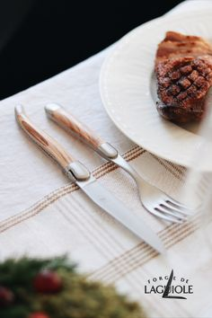 Are you looking for ideas how to decorate your dinner table on Christmas? How about this classic setting with Forge de Laguiole! #forgedelaguiole #laguiole #laguioleknife #laguioleknives #tablesetting #christmas #christmasdinner #christmastable #cutlery #tabledecor #holiday