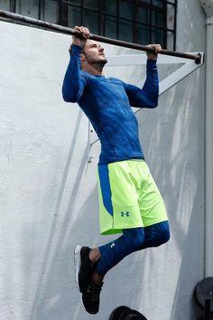 Atmungsaktiv, elastisch, schnell trocknend und rundum stylisch – so präsentiert sich dieses stimmige Outfit von Under Armour bestehend aus Tights, Shorts, Funktionsshirt und Laufschuhen.