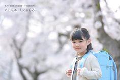 桜をバックに入学祝いのロケーション撮影