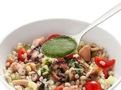 Insalata di orzo e polpo alle erbe Ecco una ricetta per un piatto unico di pesce veloce e facile da preparare