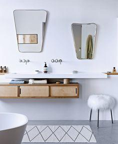 Accrochez de beaux miroirs aux murs de la salle de bains - Marie Claire Maison