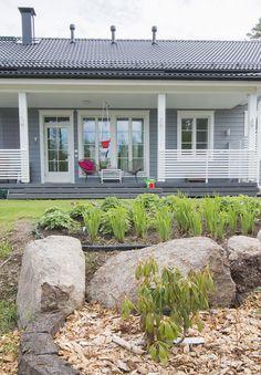 kastelli, kuisti, taloesittely Marimekko, Outdoor Gardens, Outdoor Living, House Plans, Cottage, Garden Ideas, Plants, Decor Ideas, Decorating