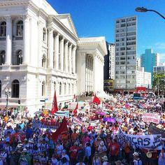 Mais de 50 mil professores, educadores, servidores públicos, trabalhadores, estudantes e cidadãos que lutam por um mundo melhor saíram às ruas de Curitiba para protestar contra o desmonte qu...