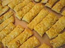 Syrové tyčinky z lístkového cesta Cornbread, Ethnic Recipes, Food, Hampers, Millet Bread, Essen, Meals, Yemek, Corn Bread