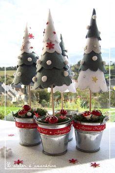 Sapins de Noël en feutrine. Matériel  : petites baguettes en bois (piques à brochettes)* feutrine * paillettes, petites étoiles* ruban* petites boules de feutrine* petits seaux métalliques* mousse de fleuriste* mousse artificielle* Colle scotch, ciseau* Papier calque pour reproduire le patron. Tutoriel sur le site. Autre photo : http://p2.storage.canalblog.com/29/71/381003/69981143.jpg